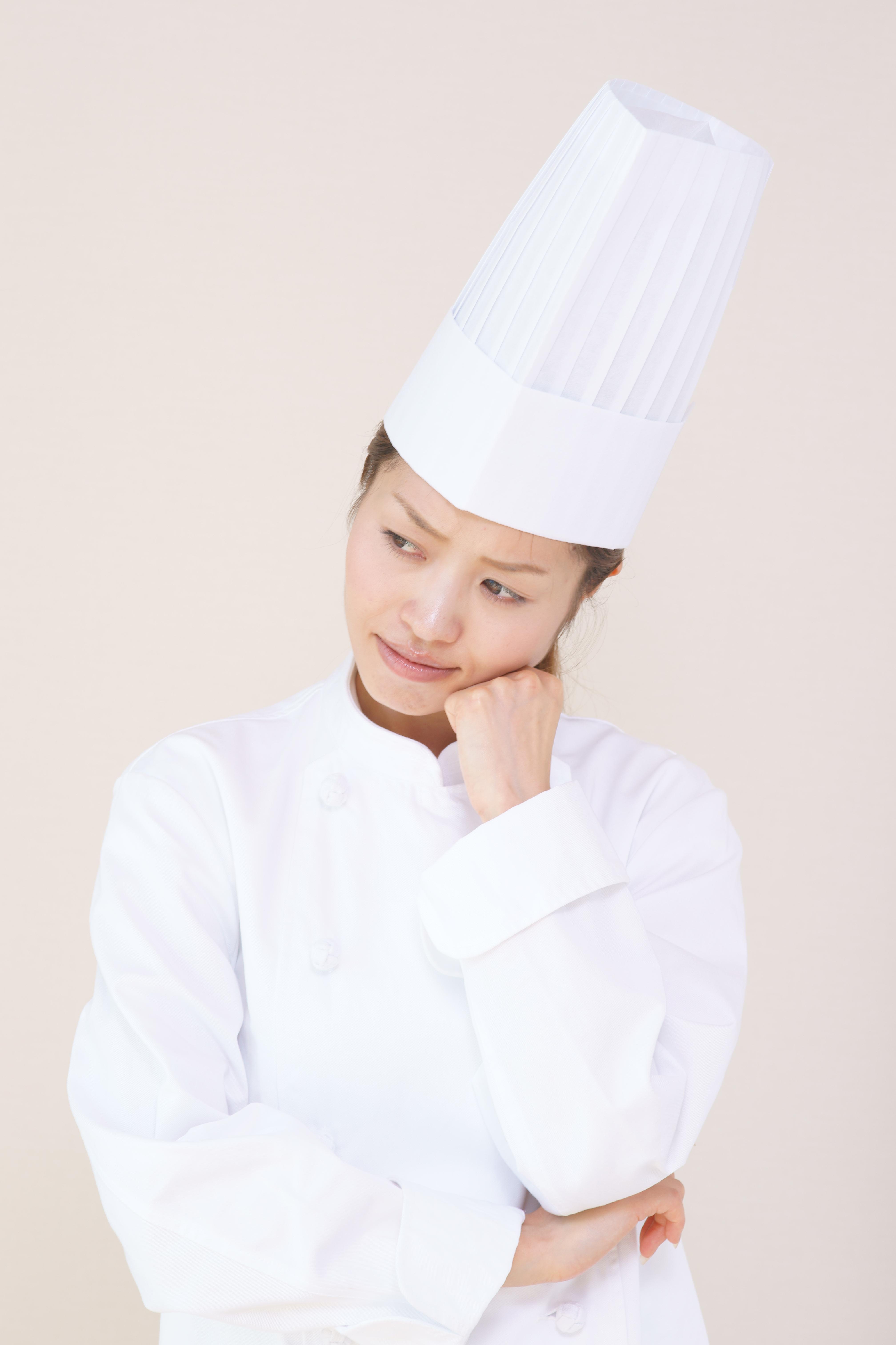悩む料理人